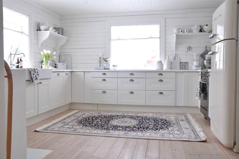 Hvitt  kaplan negin mashad oriental - teppe i en kjøkken.